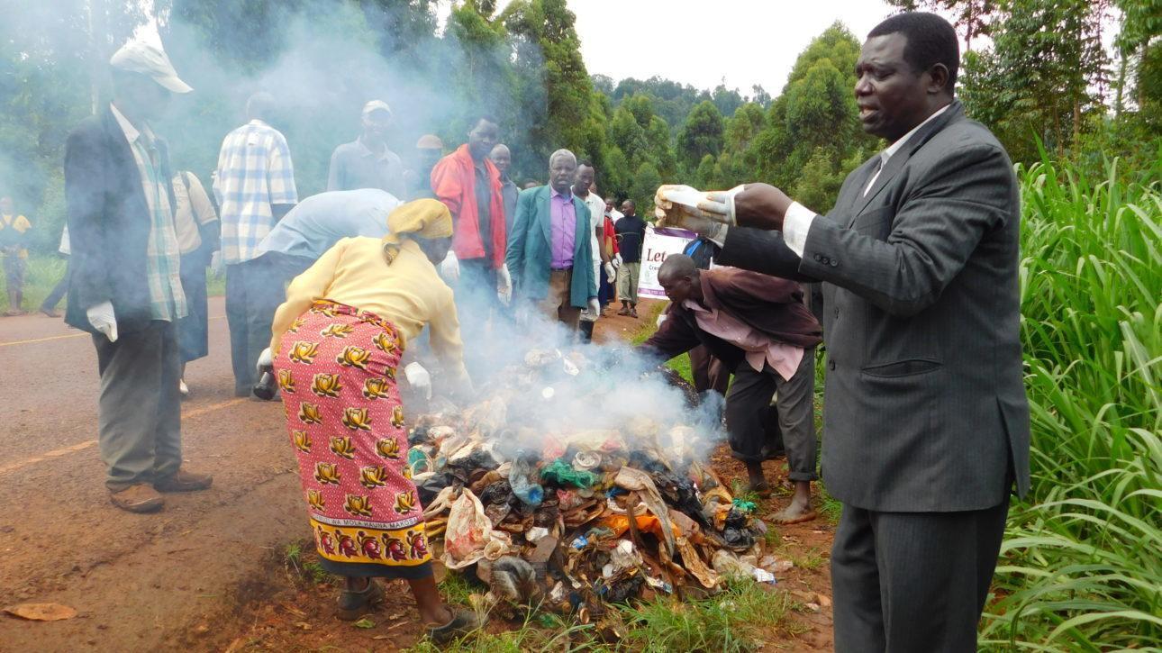 Manga Heartin johtaja vetää silpomisen vastaista tapahtumaa, jossa paikalliset polttavat samalla roskia. Kuva: Jacom Magero.