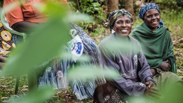 Naisia kyläkokoontumisessa kuva Meeri Koutaniemi