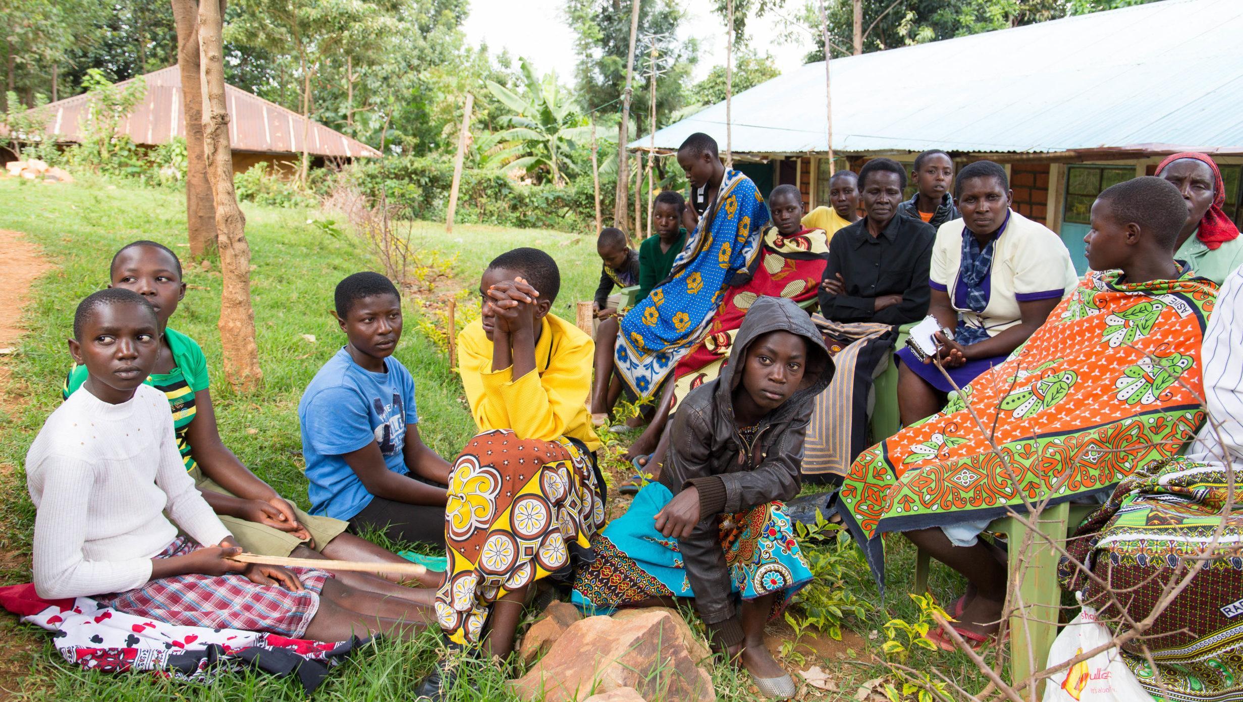 Tytöt kylätapaamisessa kuuntelemassa silpomisperinteestä