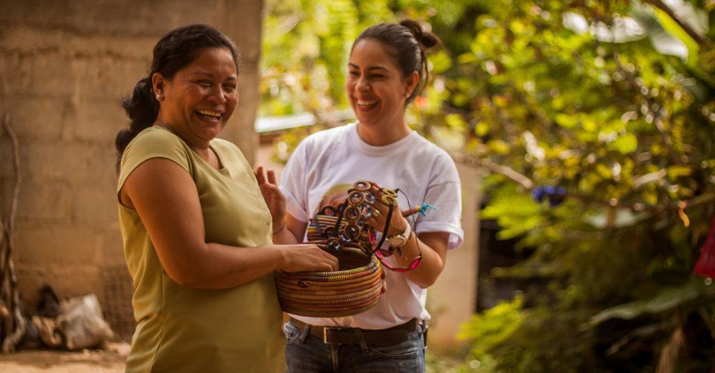 Nicaraguan käsityöläiset iloitsemassa uusien tuotteidensa kanssa. Kuva EsteliLive