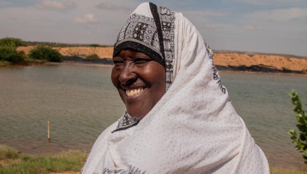Khadra seisoo vedenkeruualtaan edessä Somalimaassa