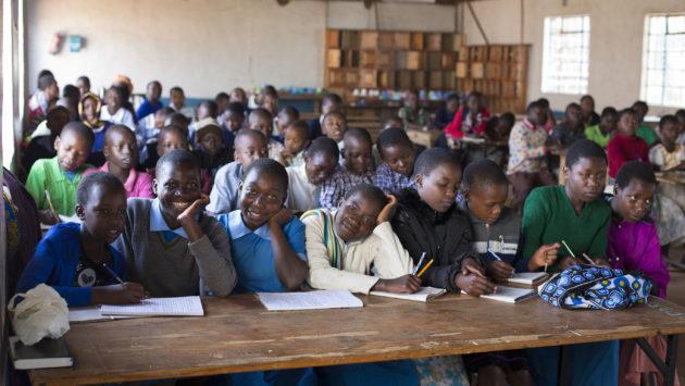 Lapsia silpomisen vastaisessa koulutuksessa Keniassa.