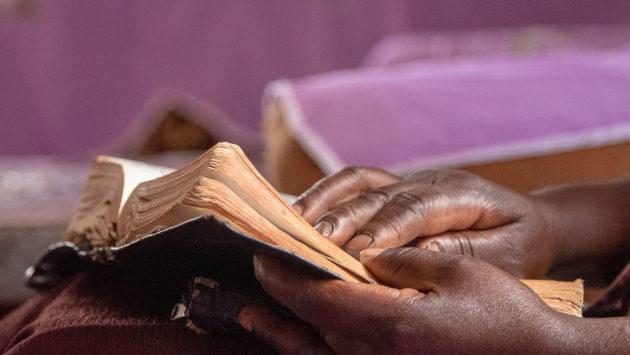 Mary Masigisi lukemassa kirjaa kodissaan. Kuva: Nyasha Kadandara