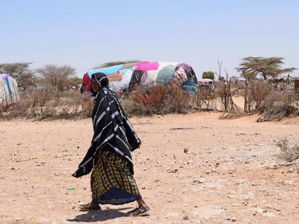 Nainen Somalian kuivalla maaseudulla