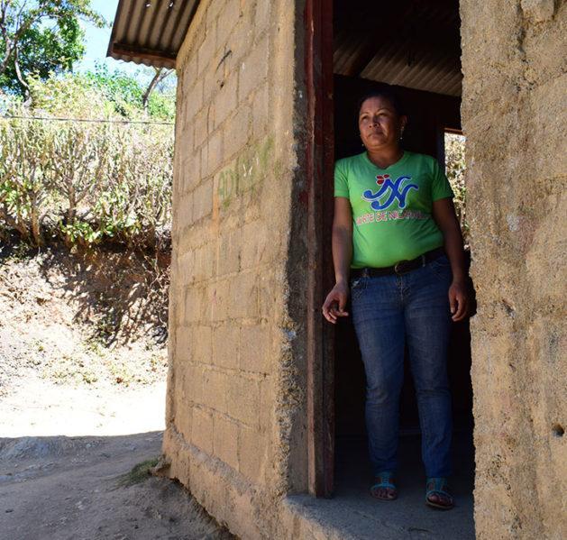 Nainen seisoo oviaukossa Nicaraguassa