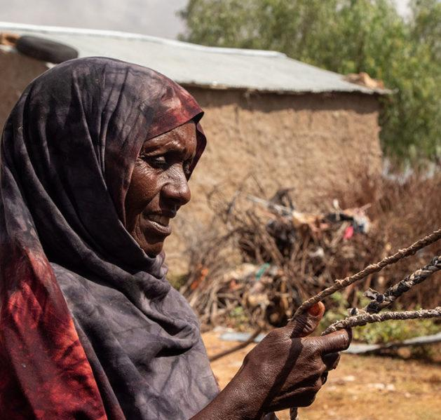kuvassa Shamis Omar pitelee käsissään punosta Somalimaassa