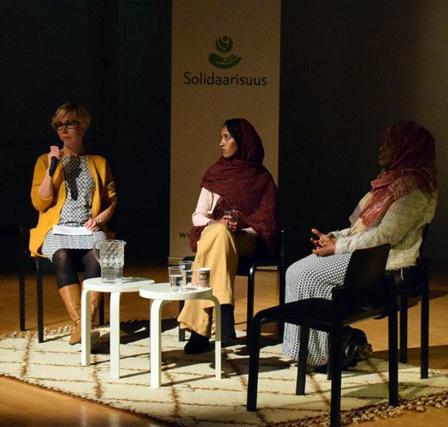 Kuvassa kolme henkilöä Solidaarisuuden tapahtumassa Suomessa
