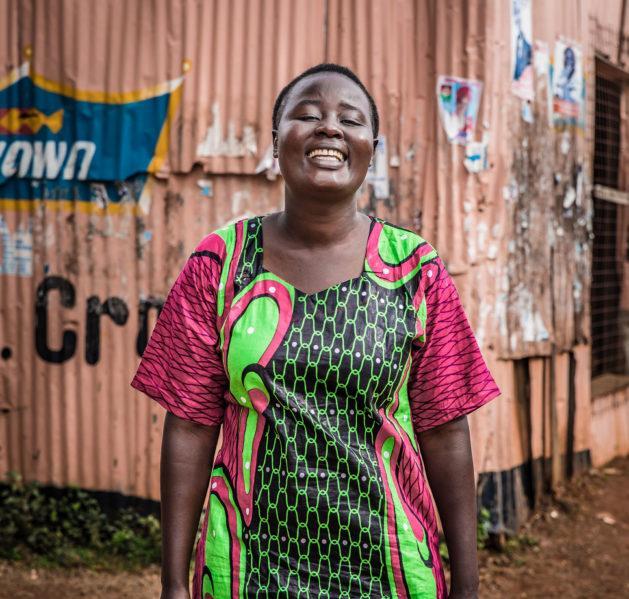 Toiminnanjohtaja Stella hymyilee kameralle Keniassa