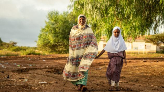 Äiti ja tytär kävelevät käsi kädessä