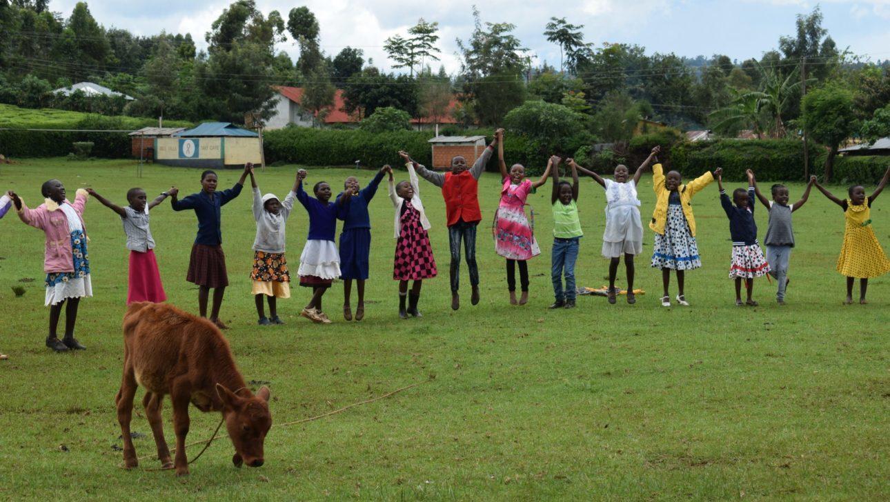 Kenialaisia lapsia niityllä