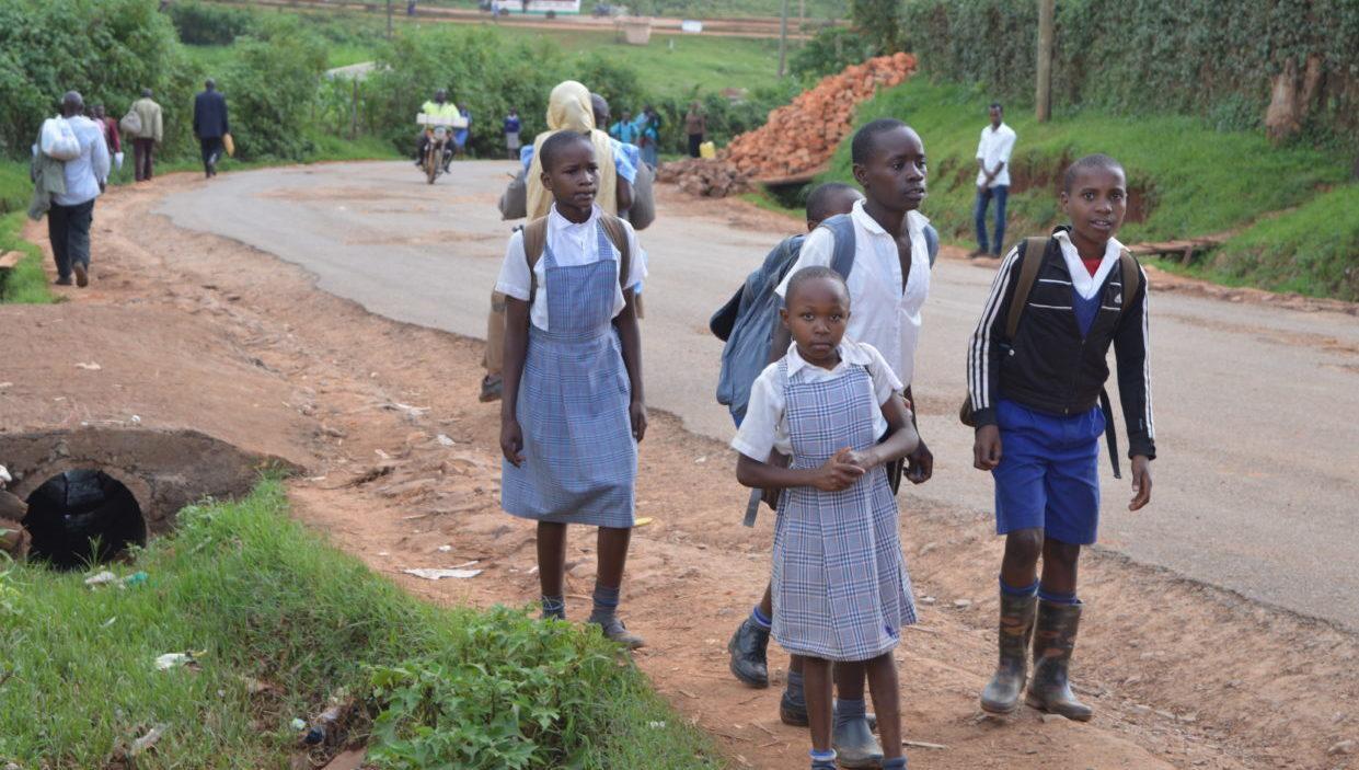 Asennemuutoksen tekeminen on hidasta. Kuvassa lapsia matkalla koulusta kotiin Kenian Kisiissä. Kuva: Airi Kähärä
