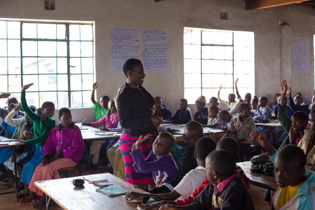 Koululuokka Keniassa kuva Sarah Waiswa