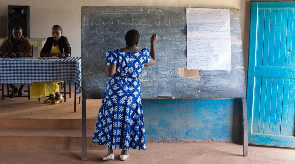 Kuva koulutuksesta, jossa käsitellään tyttöjen sukuelinten silpomisen aiheuttamia terveyshaittoja