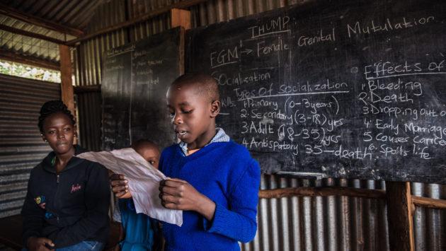 Kenialainen poika pitää esitelmää.