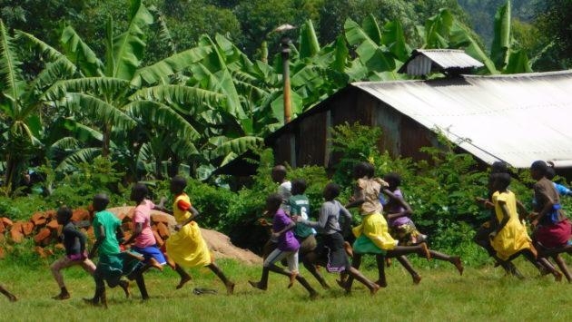 Tyttöjä juoksemassa