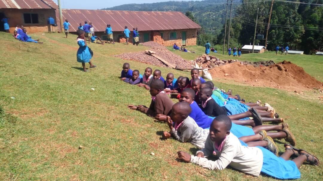 Tytöt makoilemassa koulunpihalla