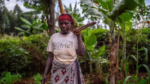 Nainen-työkalu-olalla_valokuva-Nyasha-Kadandara