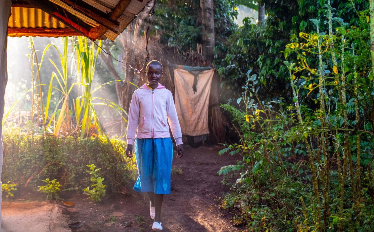 Tyttö-aamulla-pihamaalla_kuva-Nyasha-Kadandara
