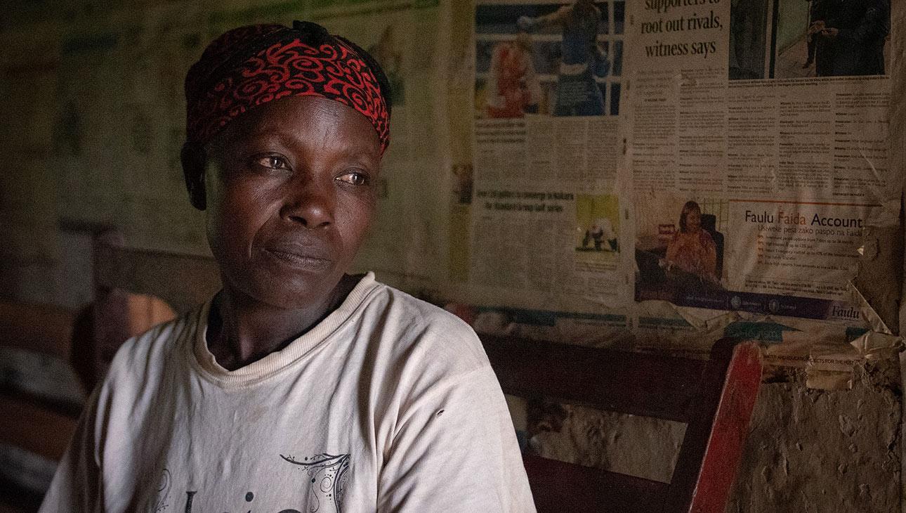 Alice John on 50-vuotias isoäiti, joka istuu kuvassa mietteliäänä. Hän ympärileikkautti aikoinaan tyttärensä. Nyt hän vastustaa silpomisperinnettä. Valokuva Nyasha Kadandara.