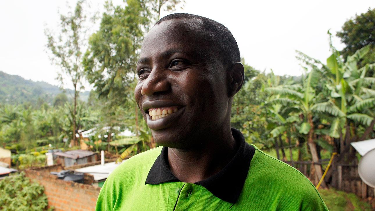 Enoch Nyang on kenialainen mies, joka haluaa lopettaa tyttöjen sukuelinten silpomisen. Kuva: Siru Aura