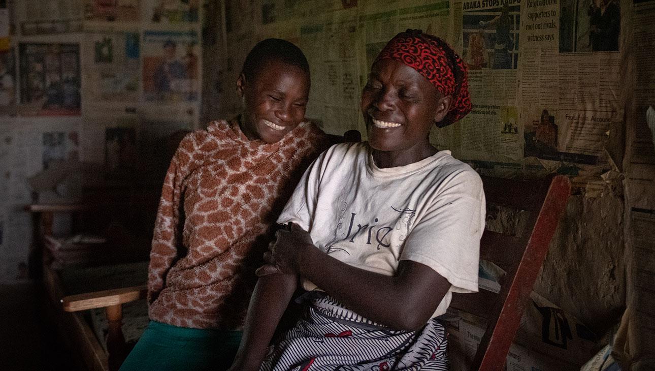 Rael Kemunto ja hänen isoäitinsä Alice John nauravat lämpimästi yhdessä sohvalla istuen. Valokuvan on ottanut Nyasha Kadandara.