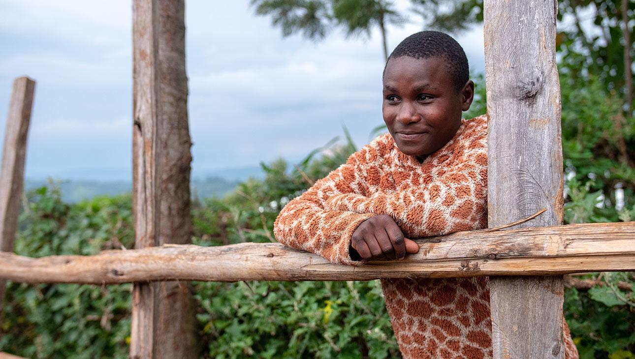 14-vuotias silpomisen vastainen lähettiläs nojaa aitaan kotipihallaan. Valokuvan on ottanut Nyasha Kadandara.