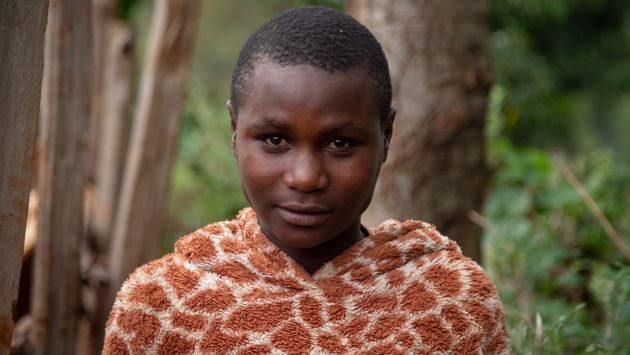 Lähikuva 14-vuotiaasta Rael Kemuntosta, joka toimii silpomisen vastaisen työn lähettiläänä Keniassa. Kuva on ottanut valokuvaaja Nyasha Kadandara.