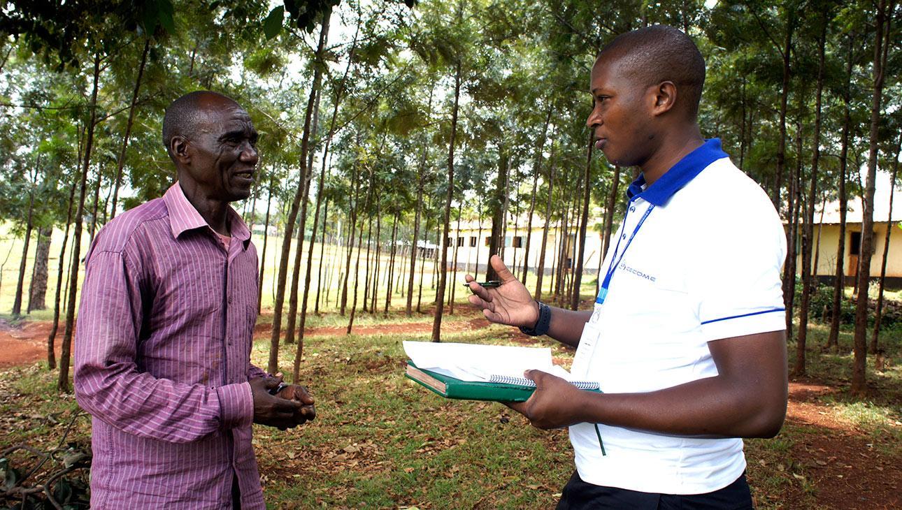 Kenialainen isä ja isoisä Simeon juttelemassa Cecomen työntekijän kanssa_kuva Siru Aura