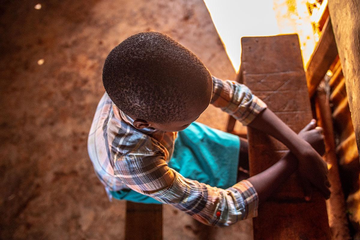 Pikkutyttö puolpetin ääressä. Kuva Nyasha Kadandara