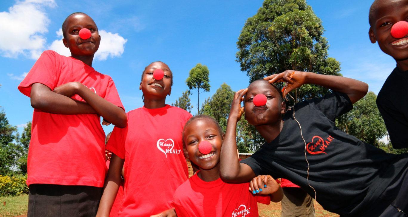 Lapset hassuttelevat Nenäpäivän punaiset nenät päässä Keniassa.kuva_Meeri-Väänänen
