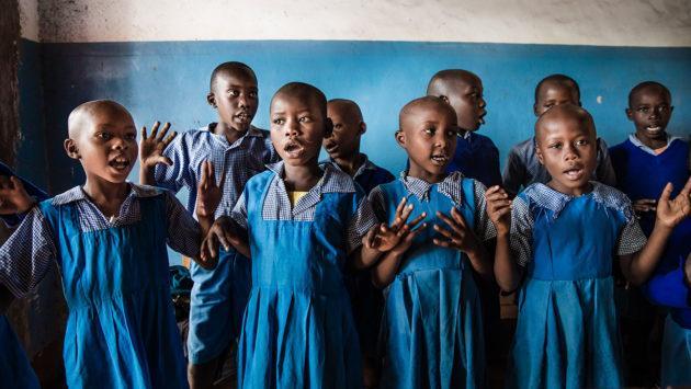 Pikkutytöt-Keniassa-laulamassa-koulupuvut-päällä_kuva-Meeri-Koutaniemi