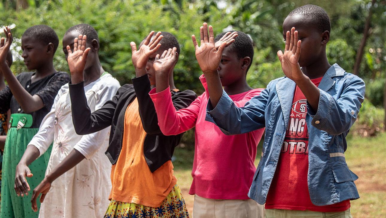 Tyttöjä silpomisen vastaisessa koulutuksessa.