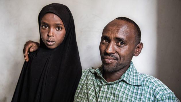 Deek Abdi Ali tyttärensä kanssa.