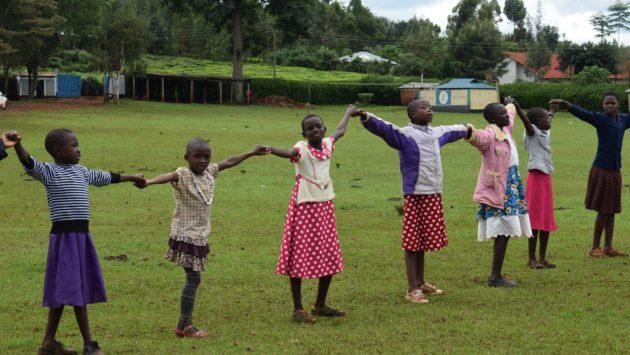 Lapsia ruohokentällä