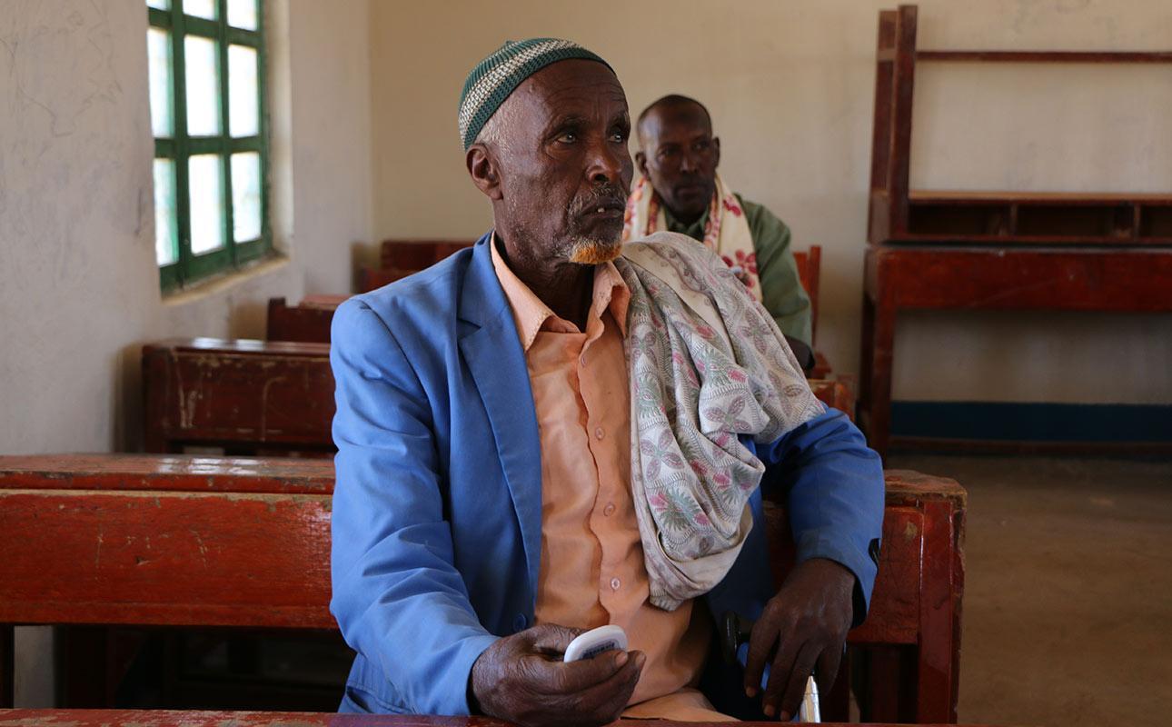 uskonnollinen johtaja osallistui OMBEA-laitteella tiedonkeruuseen Magaalo Qaloocin kylässä tammikuussa 2020. Kuva: Mustafa Hassan Abdilahi