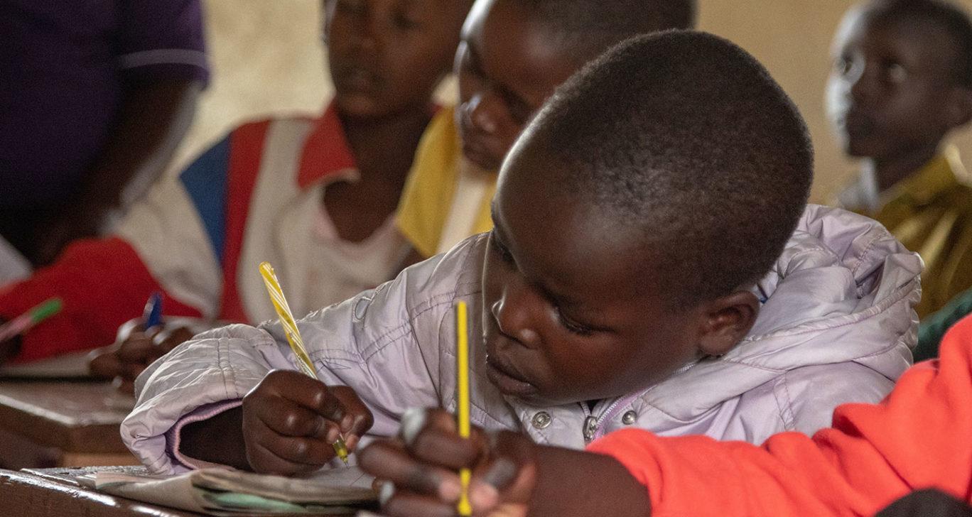 Tyttö oppitunnilla Keniassa.