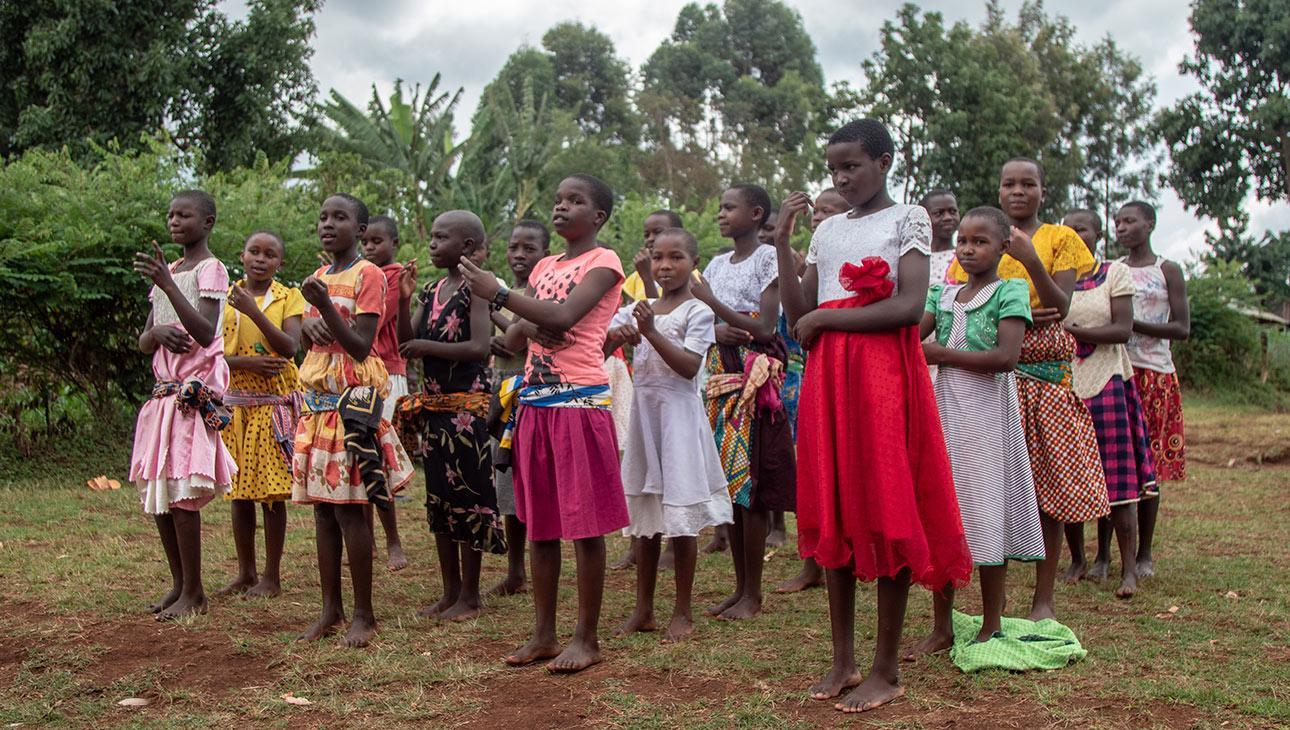 Tyttöjä turvaleirillä tanssimassa.