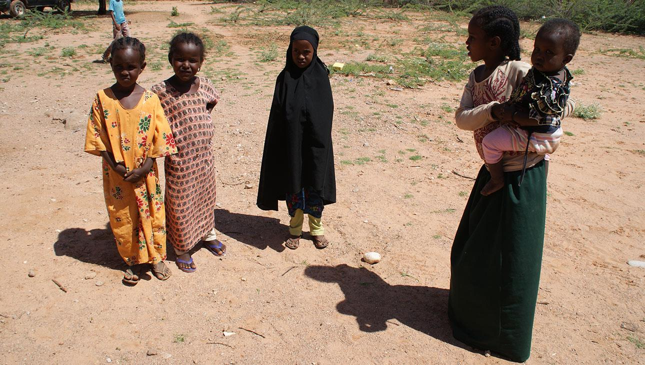 Pikkutyttöjä Somalimaan maaseutukylässä.