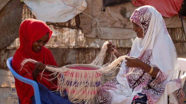Kuvassa äiti ja tytär Kaltun ja Hamdi Somalimaasta punovat yhdessä sisalkoria