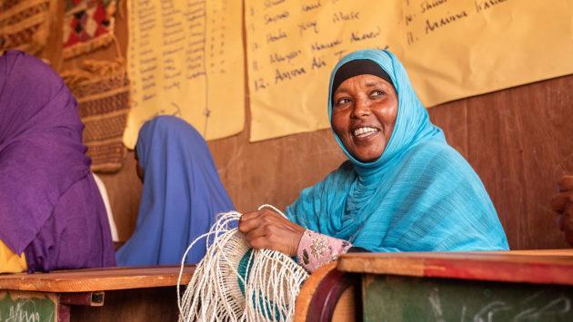 Kadra Hussein Abdirahman hymyilee koulutuksessa.