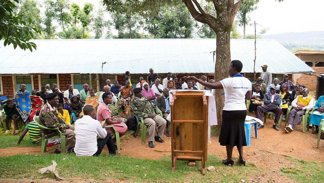 Kyläkokoontuminen Kenian Kisiissä. Kuva: Sarah Waiswa