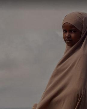 Lapsi katsoo vakavana kameraan Somalimaassa