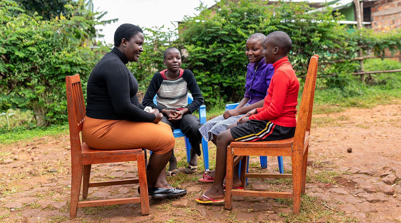 Alice Mogera Kanere oppilaidensa kanssa Keniassa
