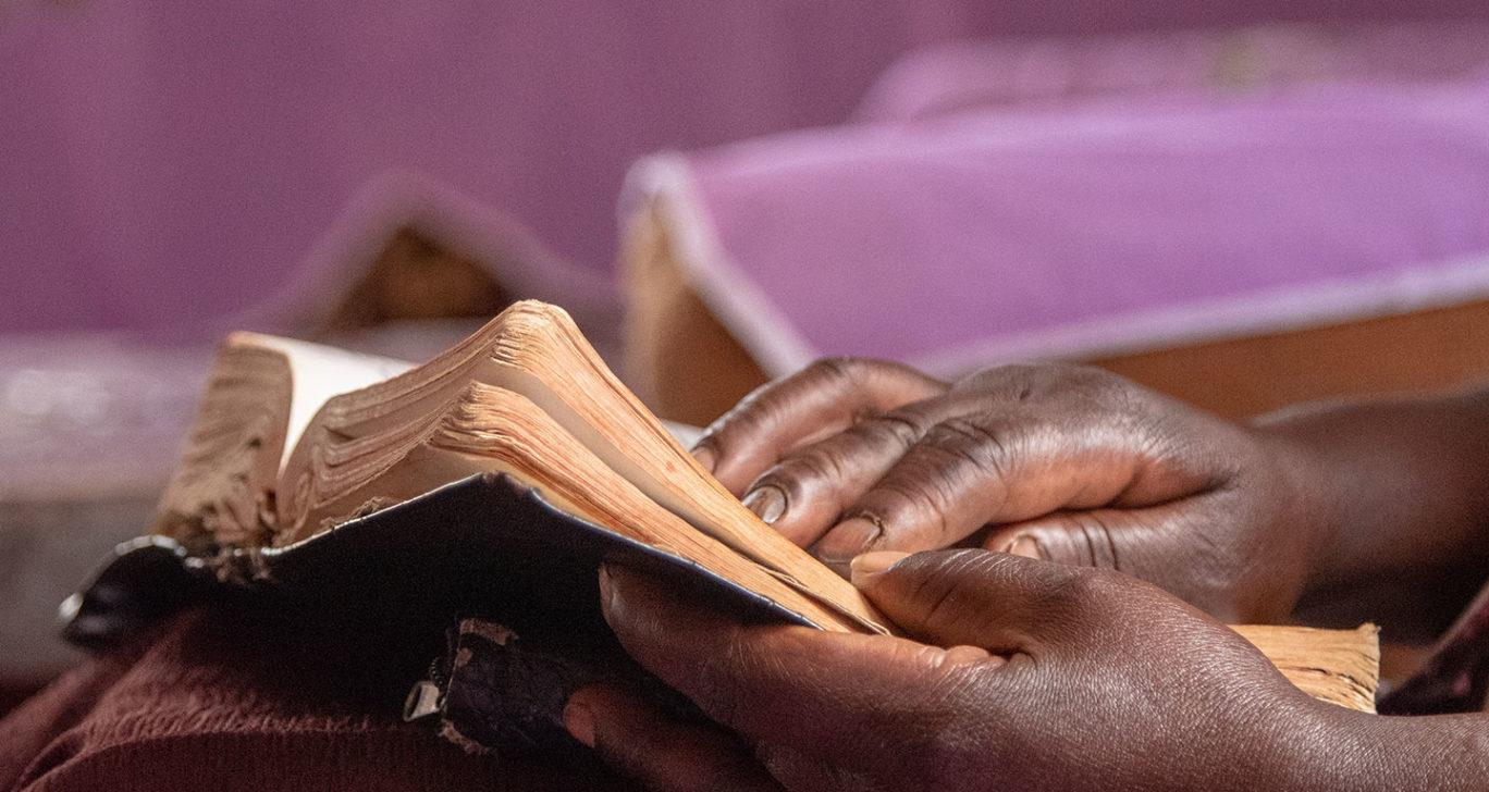 Henkilö lukee kirjaa.